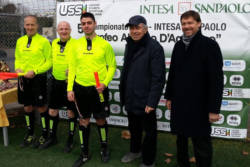 Trofeo-DAguanno-2013-La-terna-arbitrale-della-finale-premiata-dal-Presidente-Ferrajolo-e-da-Valter-Carraturo-rappresentante-Intesa-Sanpaolo
