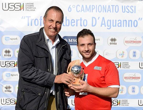 Il vice presidente Ussi Simone Nozzoli premia Antonio Delle Foglie (Puglia) come miglior giocatore del torneo