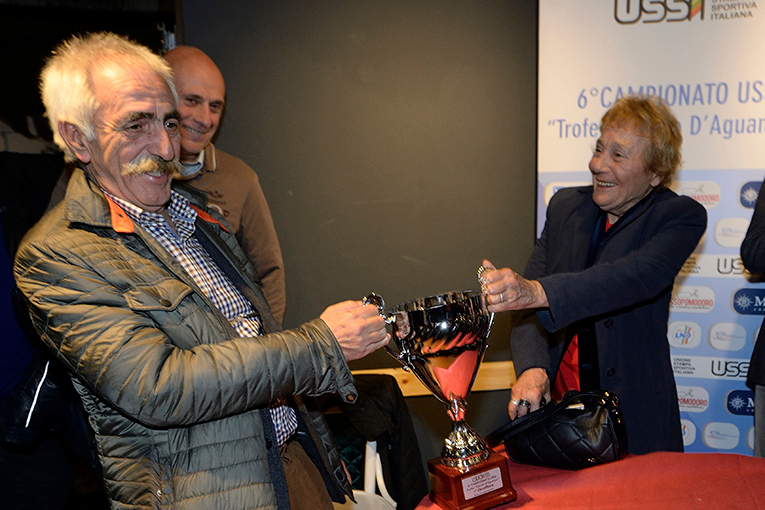 Il Presidente di Ussi Abruzzo, Antonio De Leonardis, e Fiammetta Scimonelli, vice Presidente di Ussi Roma, si contendono la coppa del Trofeo D\'Aguanno. L\'ultima parola la darà il campo, con le loro due squadre impegnate nella finale per il 1° posto
