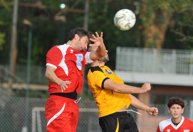 Due giocatori di Puglia e Lazio in contrasto aereo
